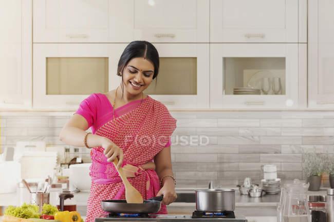 Frau in Sararee kocht in der Küche — Stockfoto