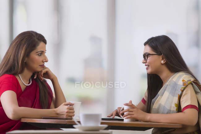 Deux femmes d'affaires prenant le thé — Photo de stock