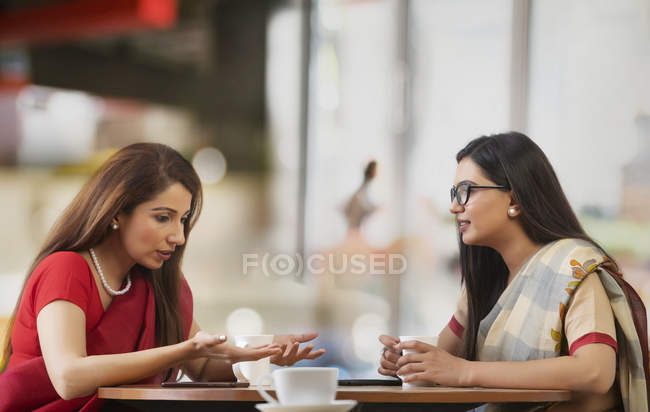 Two businesswomen having tea — Stock Photo