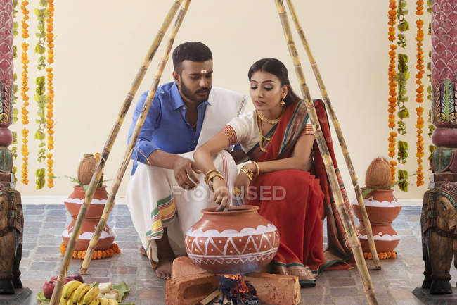 Husband and wife celebrating pongal — Stock Photo