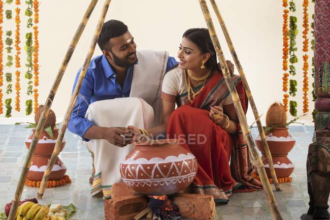 Чоловік і дружина святкують понгал. — стокове фото