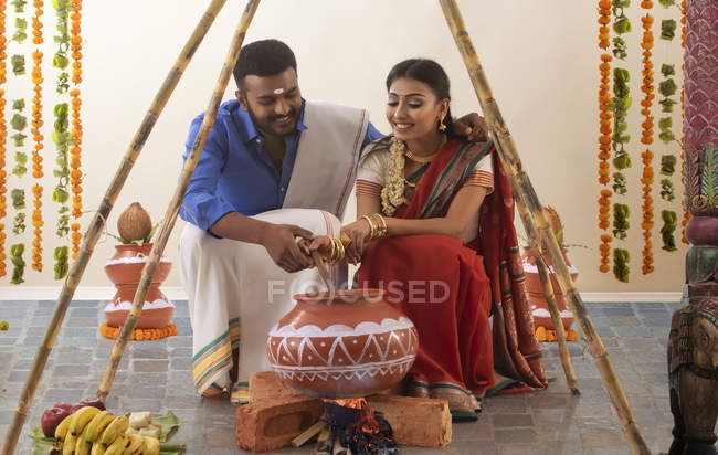 Marido e mulher celebrando pongal — Fotografia de Stock