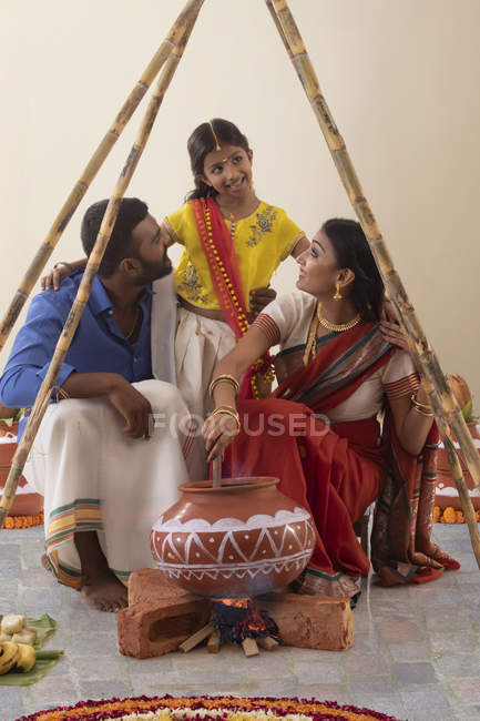 Famille sud-indienne célébrant pongal — Photo de stock