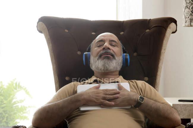 Homem idoso relaxando com os olhos fechados — Fotografia de Stock