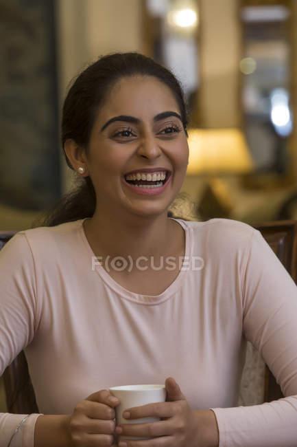 Retrato de uma jovem mulher sorrindo — Fotografia de Stock