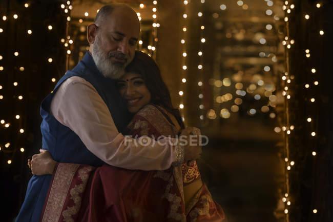 Батько обіймає свою дочку. — стокове фото
