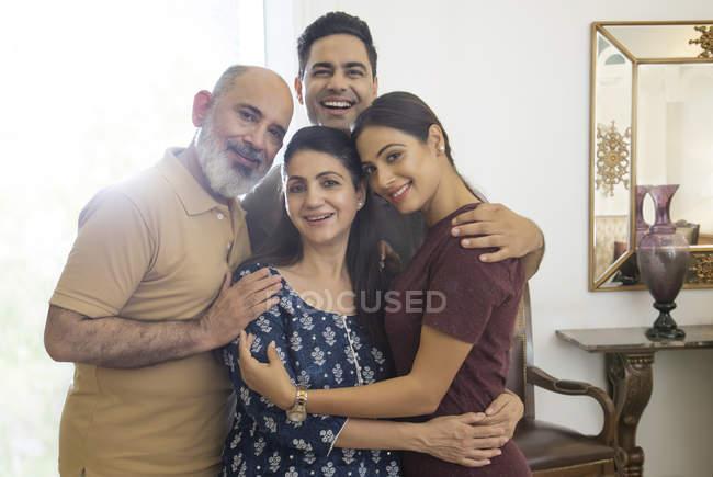 Eine Familie steht dicht an dicht in einer Gruppe und lächelt. — Stockfoto