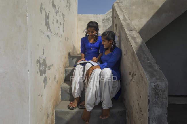 Ragazze della scuola che studiano sulle scale — Foto stock