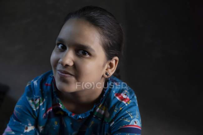 Portrait d'une jeune fille souriante — Photo de stock