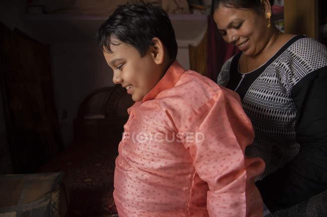 Mère habiller son fils — Photo de stock