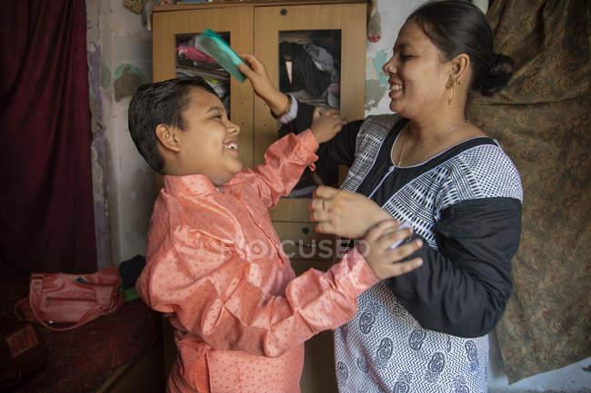 Mère peigner ses fils cheveux — Photo de stock