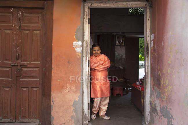 Jeune garçon debout en pyjama kurta — Photo de stock
