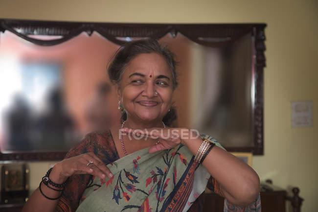 Portrait d'une femme âgée dansant dans le salon à la maison . — Photo de stock