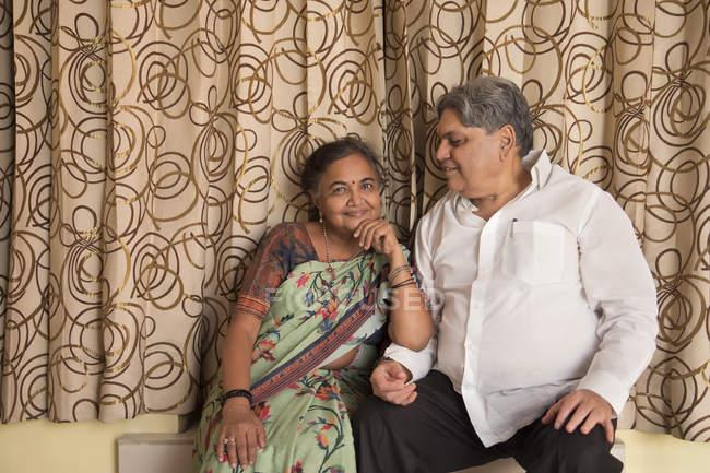 Portrait d'un couple âgé assis dans les escaliers à la maison . — Photo de stock