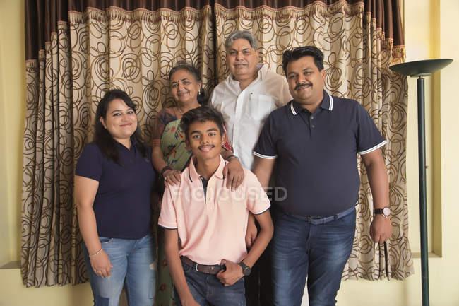 Portrait d'une famille unie à la maison . — Photo de stock