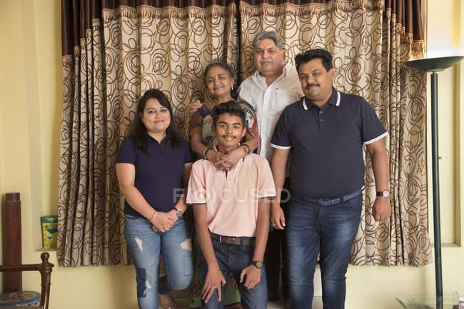 Портрет семьи, стоящей вместе дома . — стоковое фото