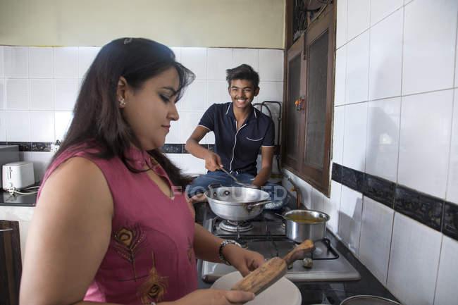 Mutter und Sohn kochen zu Hause gemeinsam in der Küche. — Stockfoto