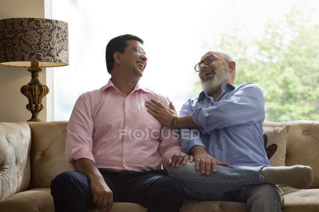 Père et fils rient ensemble — Photo de stock