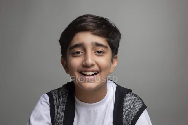 Portrait d'un jeune garçon heureux . — Photo de stock