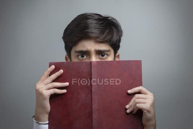 Портрет мальчика с книгой в руке . — стоковое фото