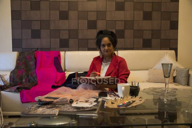 Ein Modeberater mittleren Alters arbeitet zu Hause. — Stockfoto