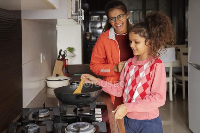 Irmãs cozinhar juntos na cozinha em casa. — Fotografia de Stock