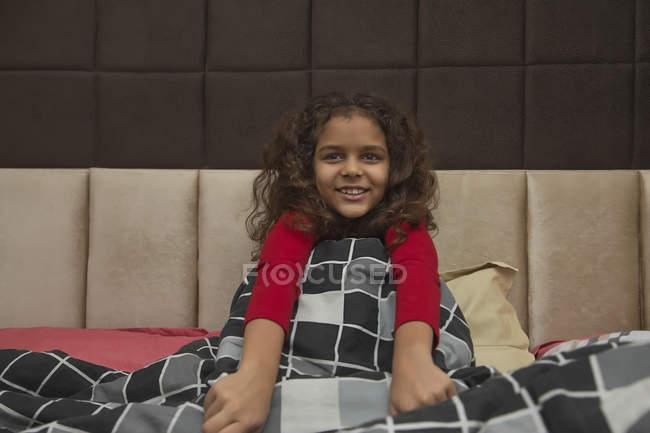 Junges Mädchen genießt den Komfort einer Decke zu Hause. — Stockfoto
