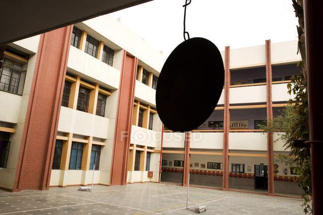 Шкільний дзвінок у дворі, без людей. — стокове фото