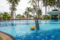 Une fille s'amuse et fait un handstand dans la piscine pendant les vacances . — Photo de stock