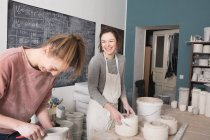 Два керамических художника работают над своей керамикой в керамической мастерской . — стоковое фото