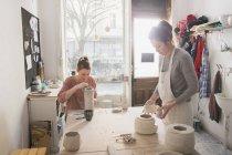 Zwei Keramik-Künstler arbeiten an ihrer Keramik in einer Töpferwerkstatt — Stockfoto
