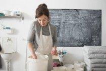 Керамические художник остекление керамики в гончарной мастерской — стоковое фото