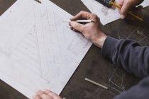 Два кузнеца принимают меры, делают расчеты и планируют работу в кузнечном цехе. . — стоковое фото