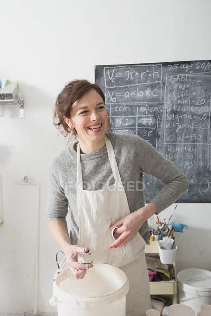 Un artista della ceramica sta smaltando la ceramica in un laboratorio di ceramica . — Foto stock