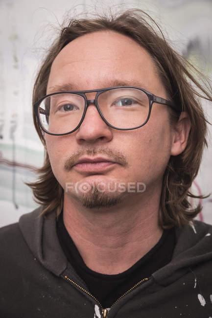 Ritratto di artista maschile che lavora nel suo laboratorio . — Foto stock