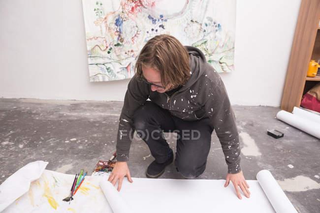 Kreativer männlicher Künstler, der in seiner Werkstatt arbeitet, während er nach unten schaut — Stockfoto