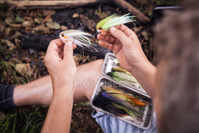 Un pescatore è in ripresa una pesca a Mosca da un'attrezzatura di pesca Mosca. — Foto stock