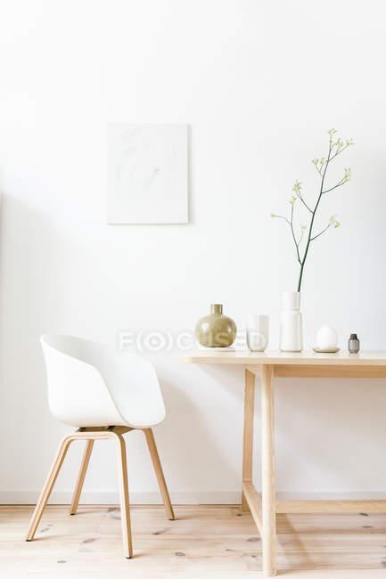 Настройка гостиная с несколькими вазы на дисплее на легкие деревянные дизайн таблицы — стоковое фото