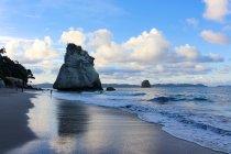 Nueva Zelanda Isla del norte, Waikato, Hahei, cueva de la catedral en playa por la noche - foto de stock