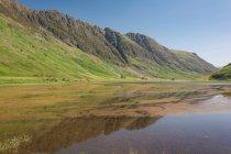 Reino Unido, Escocia, Highland, Ballachulish, lago de montaña de Glencoe, pintoresco paisaje natural con un lago de montaña - foto de stock