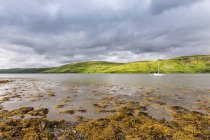 United Kingdom, Scotland, Highland, Isle of Skye, Carbost, Dark Clouds ver mountain lake scenic landscape — Stock Photo