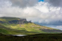 United Kingdom, Scotland, Highlands, Isle of Skye, Portree, At Old Man of Storr, Trotternish, scenic mountains landscape with rocks and lake in foggy weather — Stock Photo