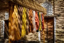 Uzbekistán, provincia de Xorazm, Xiva, seda natural teñida colgada de ganchos - foto de stock