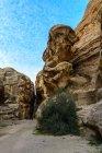 Йорданія, Маана Gouvernement, Петра район, легендарний рок місто з Petra камінь, всередині будинку скарбів фараона каньйону — стокове фото