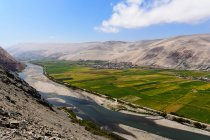 Peru, Arequipa, La Punta, In Peru, the legendary Panamericana road runs along the Pacific for long stretches, aerial landscape with mountains and river — Stock Photo