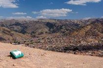 Segno della freccia di Perù, Cusco, al punto panoramico di montagna con vista aerea della città — Foto stock