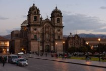 Peru, Cusco, cars and people in city street in evening dusk — Stock Photo