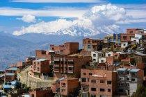 Bolivia, Departamento de La Paz, El Alto paesaggio urbano, montagne e nuvole sullo sfondo — Foto stock