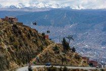 Высокогорный фуникулер на фоне заснеженных гор, El Alto, Departamento de La Paz, Боливия — стоковое фото