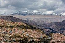 Bolivia, Departamento de La Paz, El Alto, vista della città sotto cielo lunatico — Foto stock